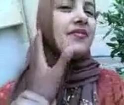 محجبة تكلم عشيقها الشارع ويخدها بيته ينيك طيزها بقوة